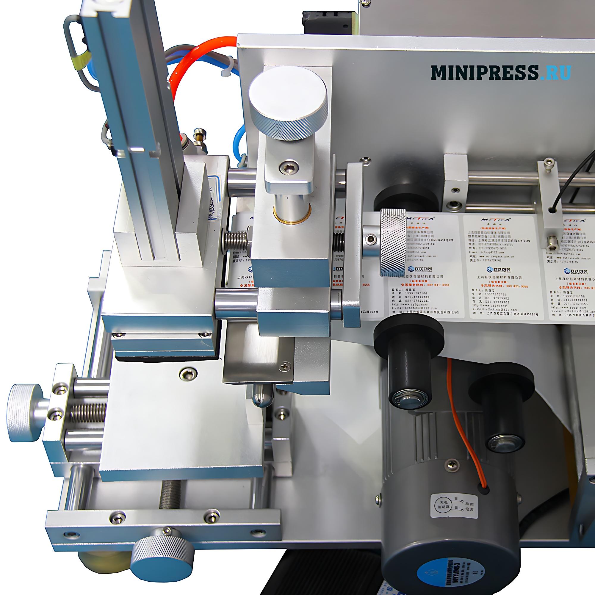 Оборудование для наклейки самоклеящихся этикеток на коробки с лекарствами